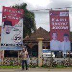 """Kritik Poster Bertuliskan """"Kami Rakyat Jokowi"""", Rocky Gerung Dinilai Hilang Akal Sehat oleh Warga Jatim"""