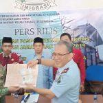 Imigrasi Surabaya Serahkan Paspor CJH 2019 Secara Simbolis